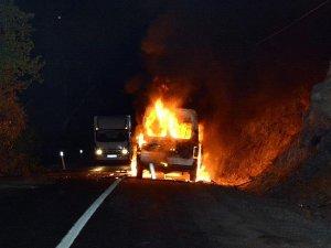 Tunceli'de teröristler yol kesip araç yaktı