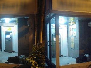 Sıcaklardan bunaldı, klimalı ATM'de uyuyakaldı