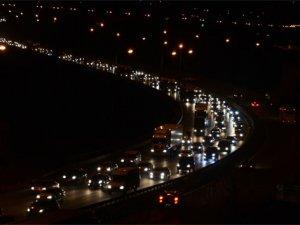 TEM Otoyolu'nda trafik yer yer durma noktasına geliyor