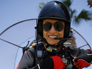 Kadın paramotor pilotundan gökyüzüne davet