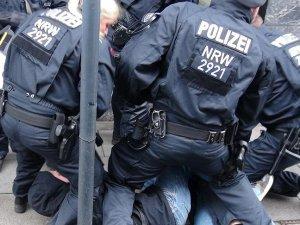 Berlin'de polisle göstericiler arasında arbede