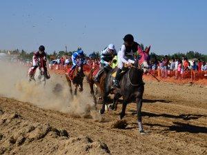 Sarayönü'nde mahalli at yarışları düzenlendi