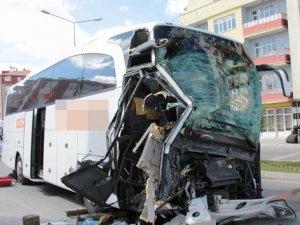 Yozgat'ta otobüs park halindeki TIR'a çarptı: 1 ölü, 1 yaralı