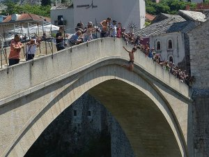 Mostar Köprüsü'nden 'sessizce' atladılar