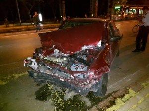 Otomobil demir korkuluklara çarptı:1 yaralı