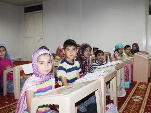 Çocuklar Kur'an okuyor
