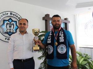 Başkan Özaltun, patlak lastikle yarışarak kupa kazanan Şam'ı kutladı