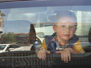 Otomobilde mahsur kalan çocuğu polis kurtardı