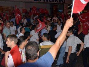 Vatandaşlar darbe girişimine karşı sokağa döküldü