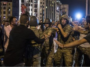 'Darbeci bir general öldürüldü, 130 asker gözaltında'