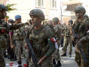 Darbeye destek vermeyen askerler kırmızı beyaz flama takıyor