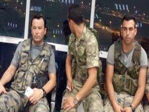 Darbeci askerler kulede fotoğraf çektirdi