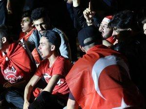 Belçika'da Türkler FETÖ'ye ait derneğe yürüdü