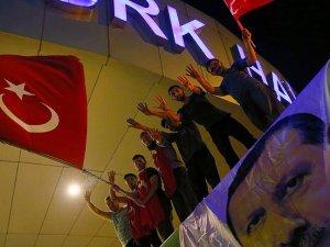 Vatandaşlar Atatürk Havalimanı'nda toplanıyor