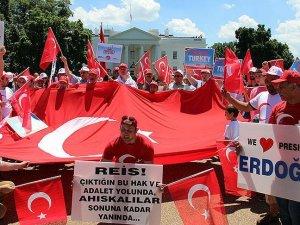 FETÖ'nün darbe girişimi Beyaz Saray önünde protesto edildi