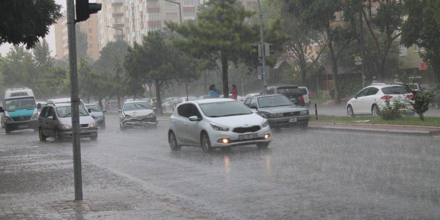 Yağmur tatilcileri denizde yakaladı