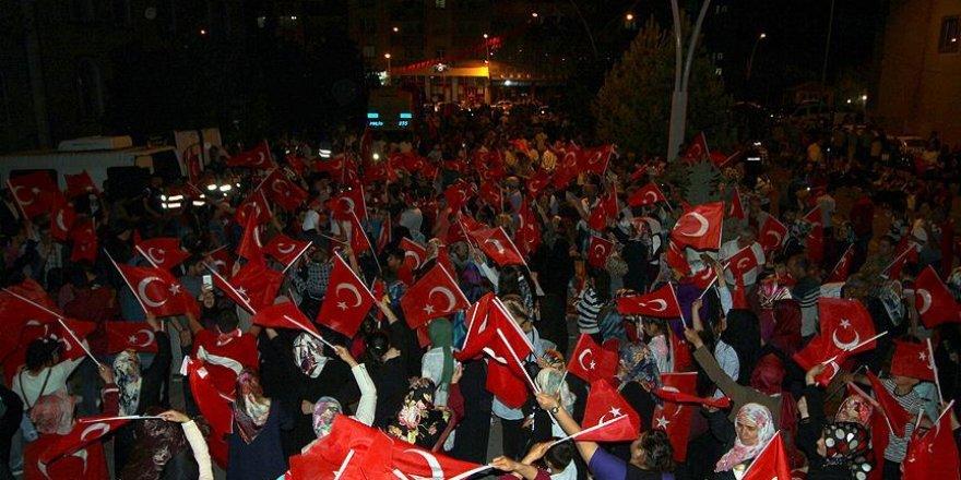 """Ağrı ve Kars'ta """"demokrasi nöbeti"""" devam ediyor"""