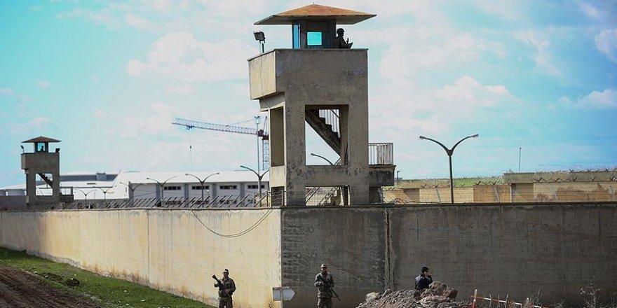 Cezaevindeki darbeciye selam veren asker gözaltına alındı
