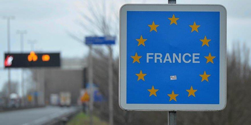Fransa'ya geçmek isteyen İngiliz tatilciler 15 saattir araç kuyruğunda