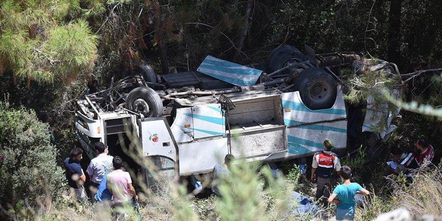 Tarım işçilerini taşıyan minibüs uçuruma devrildi: 17 yaralı