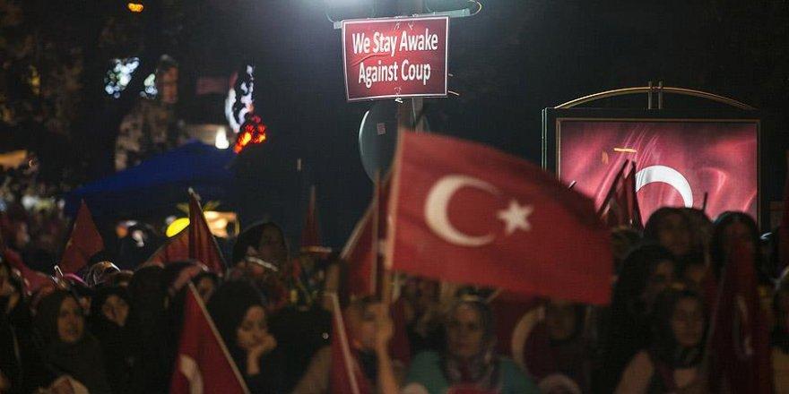 İstanbul'da 'demokrasi nöbeti' sürüyor