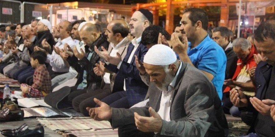 15 Temmuz şehitleri sabah namazı sonrası dualarla anıldı