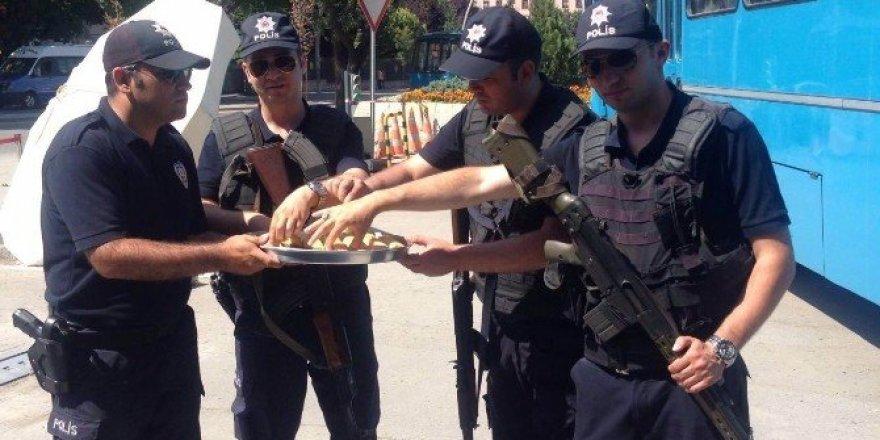 Başkan Kara'dan kahraman polislere baklava ikramı