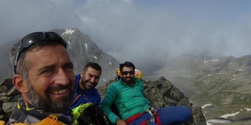 """Dağcılar ilk tırmanışını yaptıkları tepenin adını """"Demokrasi Dağı"""" koydular"""