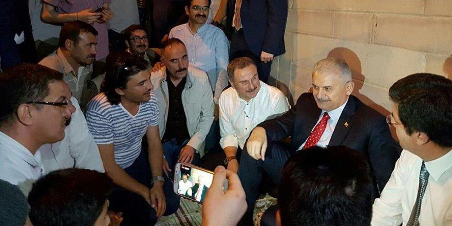Başbakan Yıldırım 'demokrasi nöbeti'ndeki vatandaşlarla buluştu