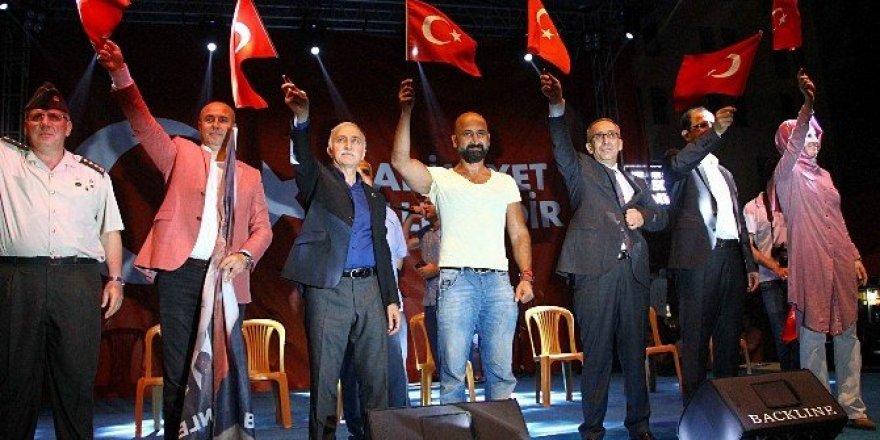 Tankın altına yatan vatandaş Samsun'da demokrasi nöbetine katıldı