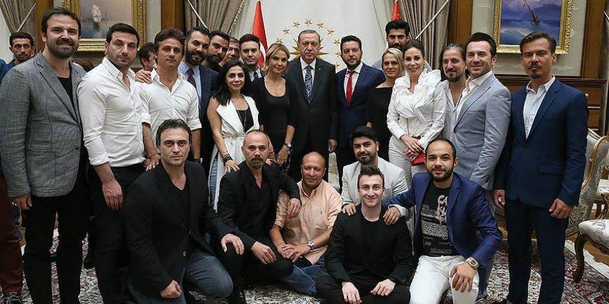Erdoğan'dan demokrasi nöbetine katılan ünlülere teşekkür