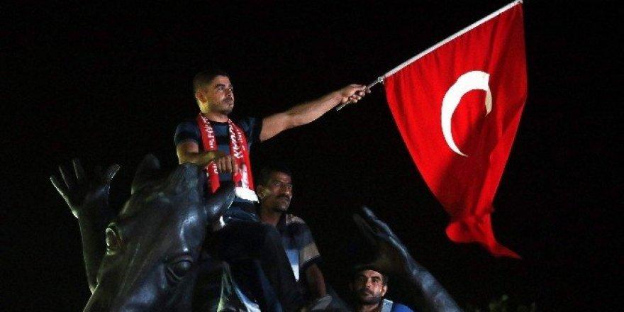 Antalya'da demokrasi nöbeti devam ediyor