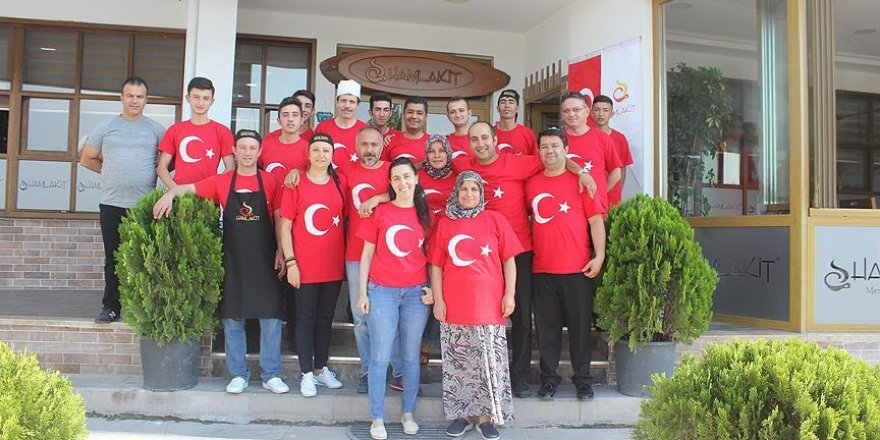 Türk bayraklı tişörtlerle hizmet veriyorlar