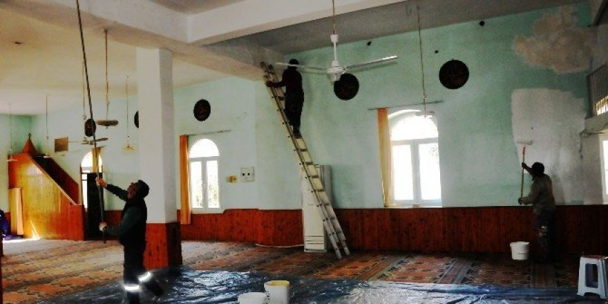 Erdemli Belediyesi'nden camilere boya hizmeti