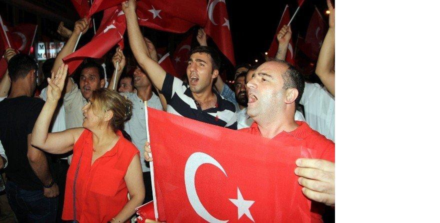 Diyarbakır'da demokrasi nöbetinde 65 bin Türk bayrağı dağıtıldı