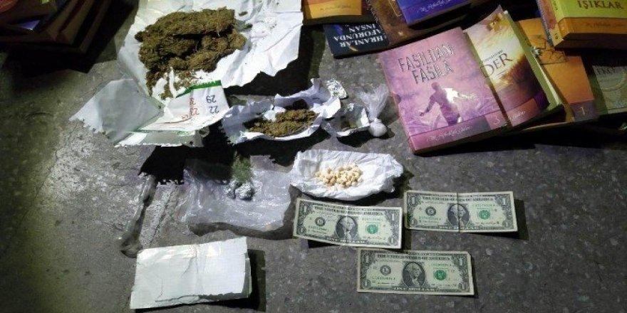 Uyuşturucu tacirinin arabasından FETÖ kitapları ve 1'er dolar çıktı