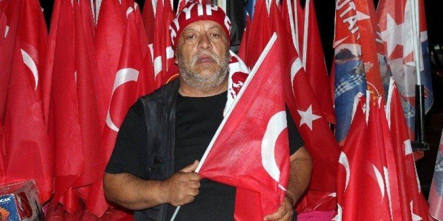 Sattığı her bayrak için gözyaşı döküyor