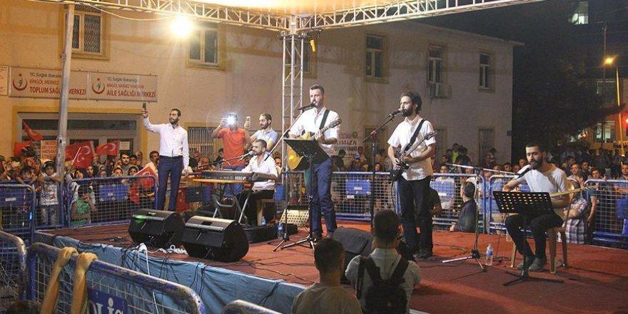 Grup Yürüyüş'ten 15 Temmuz'a şarkılı tepki