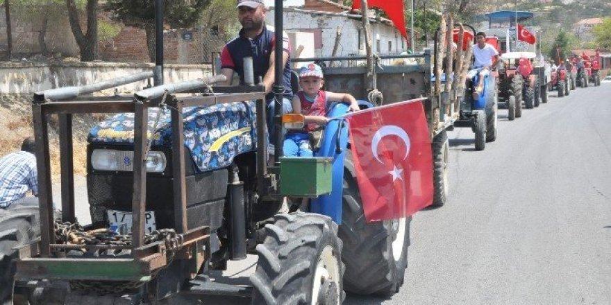 İzmir'de demokrasi için çiftçiler traktörleri ile konvoy yaptı