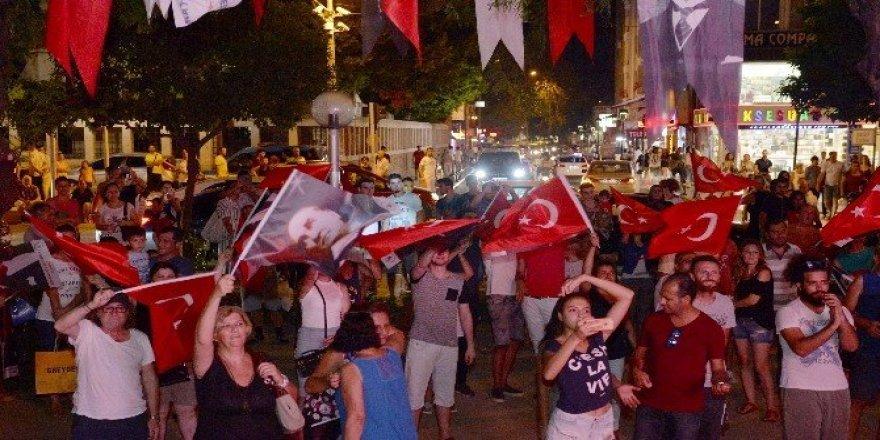 Muratpaşa'da şarkılar Cumhuriyet ve demokrasi için söylendi