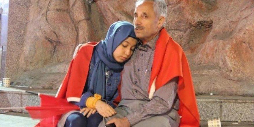 16 gündür babası ile demokrasi nöbetinde