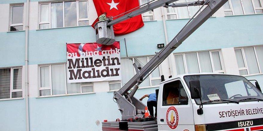 Kapatılan okulun üzerine 'Bu bina artık milletin malıdır' afişi asıldı