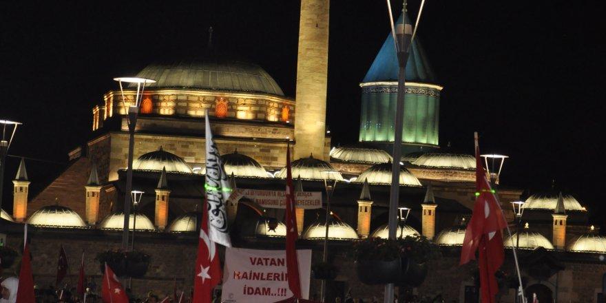 """Konya'da vatandaşların """"demokrasi nöbeti"""" sürüyor"""