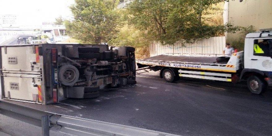 Virajı alamayan kamyonet yan yattı, trafikte yoğunluk oluştu