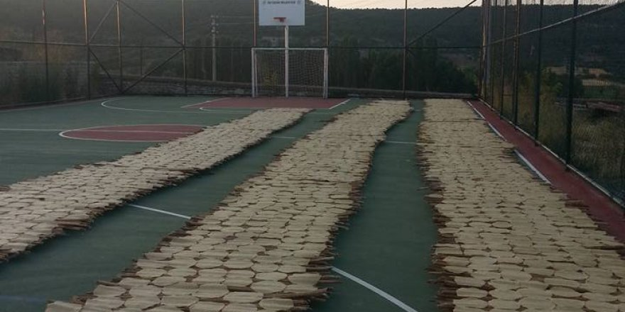 Beyşehir'de tarhana spor sahalarında kurutuluyor