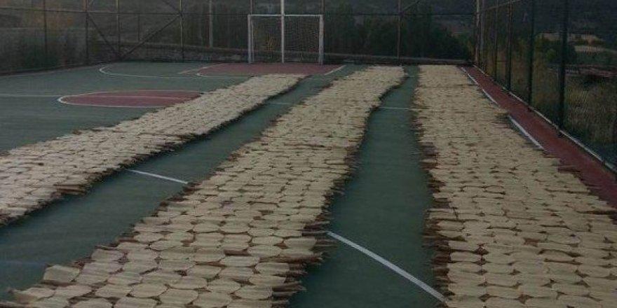 Beyşehir'de spor sahasında tarhana kurutuluyor