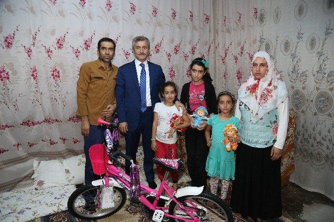 Başkan Tahmazoğlu Demokrasi Meydanı'nda tanıştığı aileyi ziyaret etti