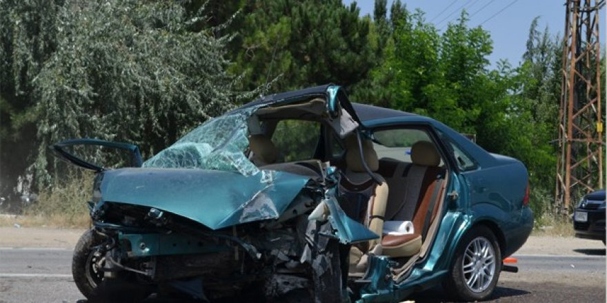 Otomobil aydınlatma direğine çarptı: 1 ölü, 2 yaralı
