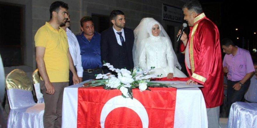 Demokrasi nöbetinde nikahları kıyıldı