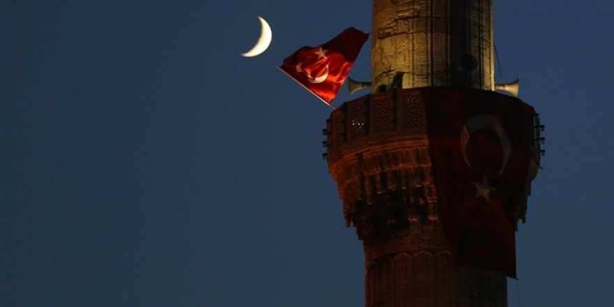 Sultanahmet minarelerinde Türk bayrağı dalgalandı
